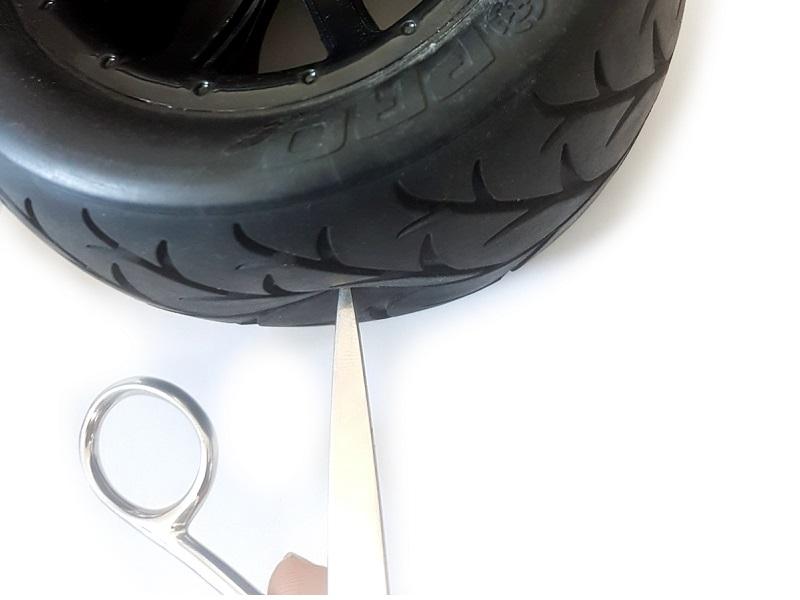 Prořezání otvoru v běhounu pneumatiky